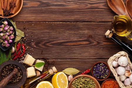 木製の背景に様々 なスパイス。コピー スペース平面図 写真素材
