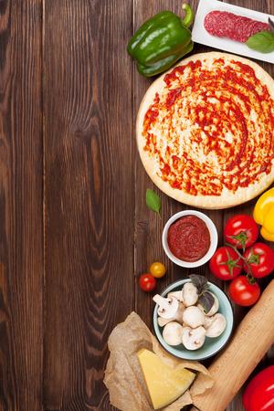 Ingredientes para cocinar la pizza. Vista superior con espacio de copia Foto de archivo