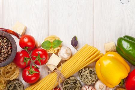 이탈리아 음식 요리 재료. 파스타, 야채, 향신료. 복사 공간 상위 뷰