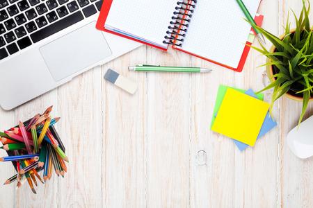 コンピューターと用品と花とオフィス デスク テーブル。コピー スペース平面図 写真素材