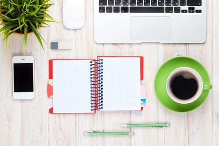 kalendarz: Biuro stół biurko z komputerem, dostawy, filiżanki kawy i kwiat. Widok z góry z miejsca na kopię