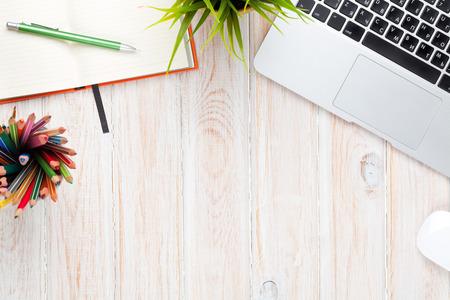 경치: 컴퓨터, 소모품, 꽃의 사무실 책상 테이블. 복사 공간 상위 뷰