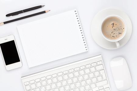 psací stůl: Kancelářský stůl stolek s počítačem, zásoby a šálek kávy. Pohled shora s kopií vesmíru