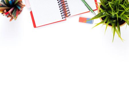 オフィス デスク テーブル用品と花。白い背景上に分離。コピー スペース平面図