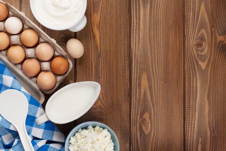 木製テーブルの上の乳製品。サワー クリーム、牛乳、チーズ、卵、ヨーグルト、バター。コピー スペース平面図 写真素材 - 39247512