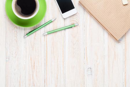 コーヒー カップや用品のオフィス デスク テーブル。コピー スペース平面図