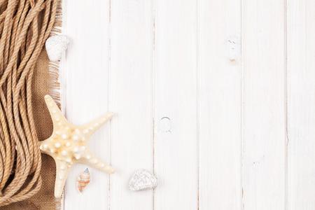 wooden top: El horario de verano vacaciones de fondo de mar con estrellas de mar, cuerda marina y espacio de la copia