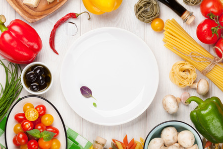 plato de comida: Ingredientes para cocinar la comida italiana. Pasta, verduras, especias. Vista superior con espacio de copia Foto de archivo