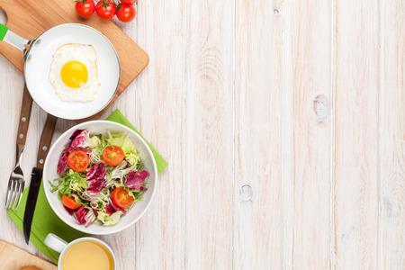 흰색 나무 테이블에 기름에 튀긴 된 계란, 토스트와 샐러드와 건강 한 아침 식사. 복사 공간 상위 뷰 스톡 콘텐츠