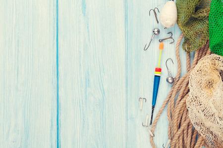 Du matériel de pêche sur le bleu table en bois. Vue de dessus avec copie espace Banque d'images - 39482473