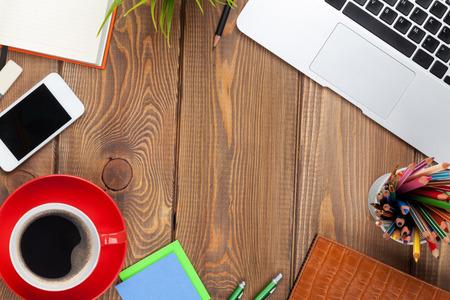 trompo de madera: Mesa escritorio de oficina con el ordenador, los suministros, la taza de caf� y flor. Vista superior con espacio de copia