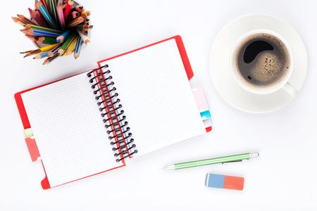calendario: Mesa Escritorio de oficina con los suministros y la taza de caf� sobre fondo blanco