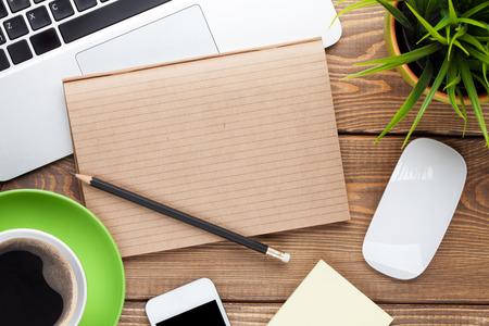 kopie: Psací stůl stůl s počítačem, zásoby, šálek kávy a květin. Horní pohled s kopií vesmíru Reklamní fotografie