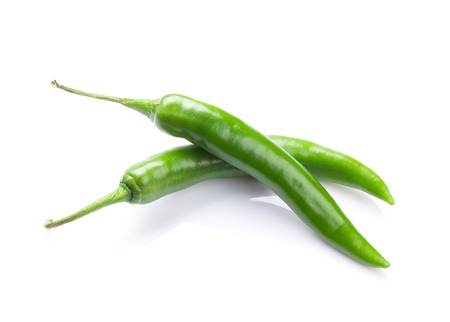 녹색 칠리 고추입니다. 흰색 배경에 고립