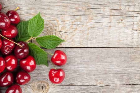 cereza: Cerezas maduras en la mesa de madera con espacio de copia Foto de archivo