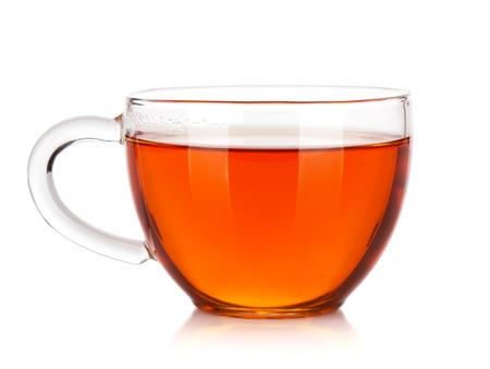 copa: Taza de cristal de té negro. Aislado en el fondo blanco