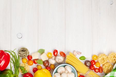 cooking: Ingredientes para cocinar la comida italiana. Pasta, verduras, especias. Vista superior con espacio de copia Foto de archivo