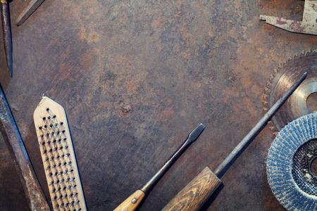 trabajando en casa: Mesa de metal Banco de trabajo con herramientas antiguas. Vista superior con espacio de copia Foto de archivo