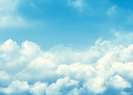 Blauwe lucht en wolken achtergrond met kopie ruimte Stockfoto