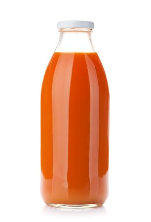 marchew: Sok z marchwi butelki. Pojedynczo na białym tle