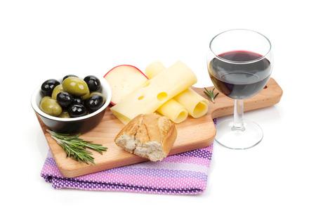queso blanco: El vino tinto con queso, pan, aceitunas y especias. Aislado en el fondo blanco