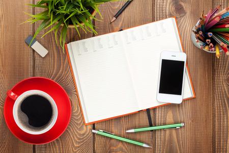 オフィス デスク テーブル用品、コーヒー カップ、花。コピー スペース平面図