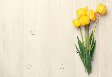Tulipes jaunes sur table en bois de fond avec copie espace. Toned Banque d'images - 41088136