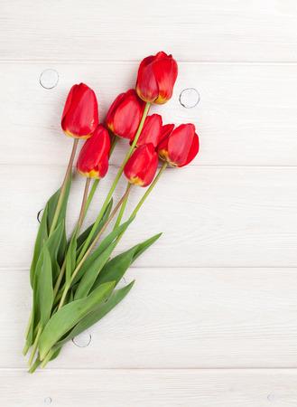 tulip: Czerwone tulipany bukiet na białym drewnianym stole tle z miejsca kopiowania