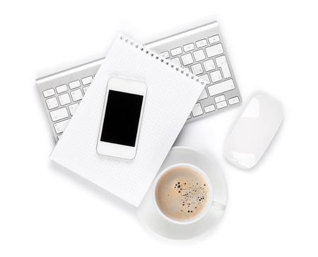 teclado: Escritorio de oficina con la computadora, los suministros y la taza de caf�. Aislado en el fondo blanco