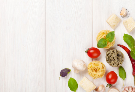 Cottura degli ingredienti alimentari italiani. Pasta, verdura, spezie. Vista dall'alto con spazio di copia Archivio Fotografico - 41226264