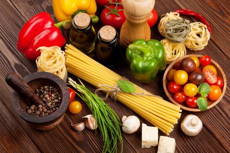 comida: Italiano que cozinha ingredientes de alimentos. Massas, legumes, especiarias. Vista superior