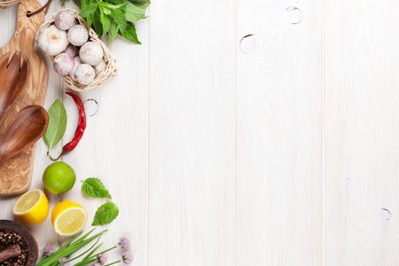 épices: Les herbes fraîches et d'épices sur la table en bois. Vue de dessus avec copie espace