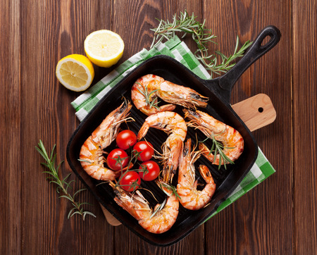 Grilled shrimps on frying pan. Top view 스톡 콘텐츠
