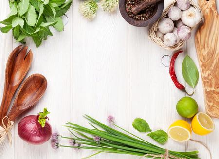 comida: Ervas e especiarias frescas na tabela de madeira. Vista de cima, com cópia espaço