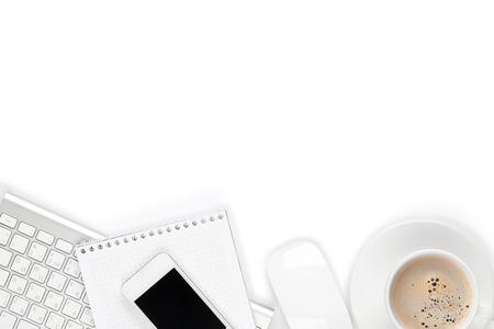 papeles oficina: Mesa Escritorio de oficina con la computadora, los suministros y la taza de caf�. Aislado en el fondo blanco