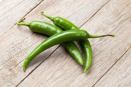 Grüne Chilischoten auf Holztisch