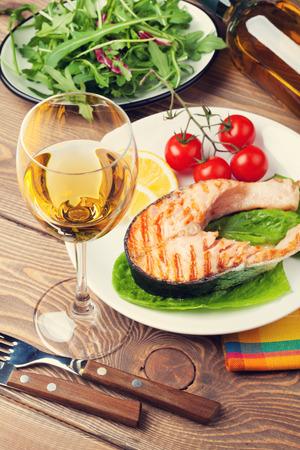 tomates: Salmón a la parrilla y el vino blanco de mesa de madera Foto de archivo