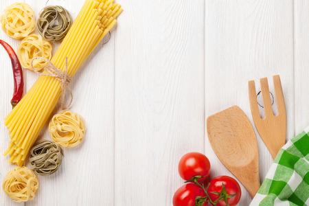 Italiaans eten koken ingrediënten. Pasta, groenten, kruiden. Bovenaanzicht met een kopie ruimte Stockfoto