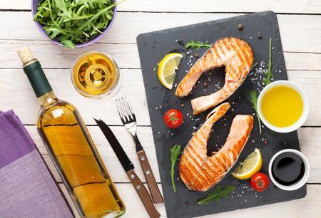 vin chaud: Saumon grill� et du vin blanc sur la table en bois. Vue de dessus