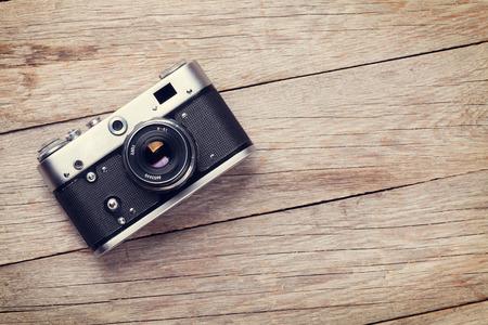 木製のテーブルのビンテージ フィルム カメラ。コピー スペース平面図