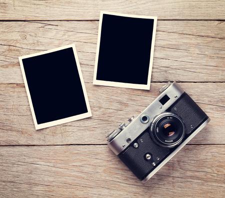 Vintage filmcamera en twee lege foto frames op houten tafel. bovenaanzicht