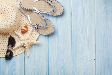 Reizen en vakantie items op houten tafel. Bovenaanzicht met een kopie ruimte