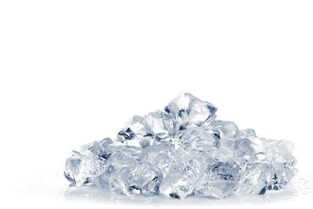 ice crushed: Hoop van gemalen ijs op een witte achtergrond