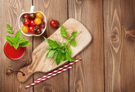 jugo de frutas: Batido de verduras frescas con albahaca en la mesa de madera. Vista superior con espacio de copia