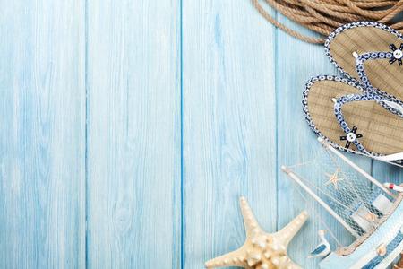 estrella de mar: Viajes y vacaciones de artículos de mesa de madera. Vista superior con espacio de copia Foto de archivo