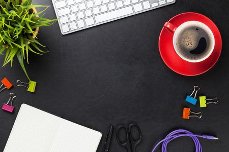 Office lederen bureau tafel met de computer, benodigdheden, kopje koffie en bloem. Bovenaanzicht met een kopie ruimte