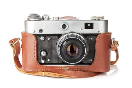 가죽 케이스와 빈티지 필름 카메라. 흰색 배경에 고립