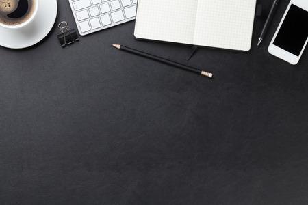 lapiz y papel: Mesa escritorio de cuero de la oficina con el ordenador, los suministros y la taza de café. Vista superior con espacio de copia