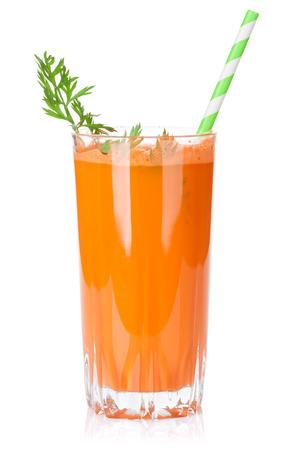 carrots: Batido de verduras frescas. Jugo de zanahoria. Aislado en el fondo blanco Foto de archivo