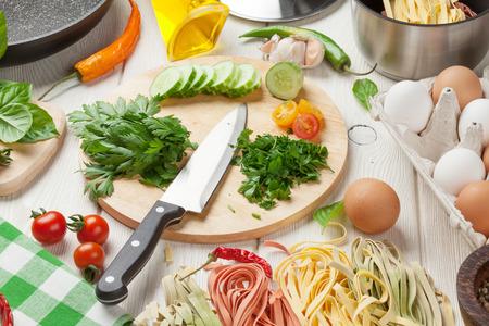 Pasta koken ingrediënten en gebruiksvoorwerpen op houten tafel